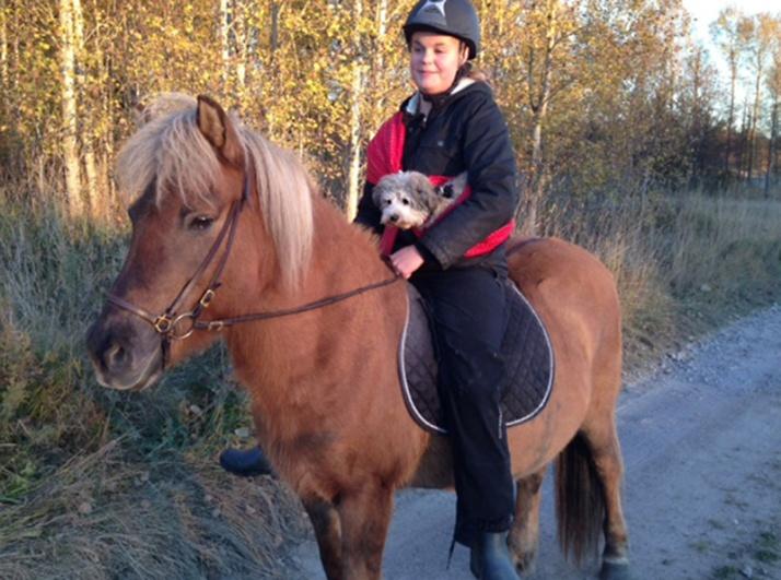 Asta med Sara på hästryggen